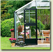 Extra eaves height creates more space for people and plants. The eaves height of 172 cm (incl. base of 12 cm) gives the greenhouse spacious dimensions.