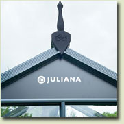 The triangular plate above the door lends the greenhouse additional stability and makes the JULIANA greenhouse recognizable even at a distance.